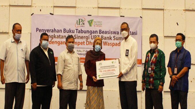 Direktur Utama Bank Sumut, Muhammad Budi Utomo, serahkan dana zakat karyawan sebesar 150 Juta kepada Dompet Dhuafa Waspada di Ballroom Lantai 10, Rabu (27/1).