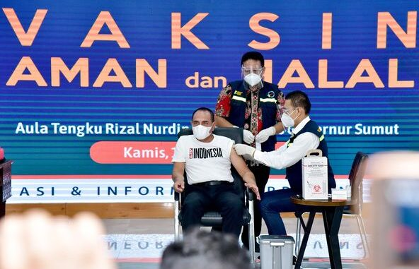 Gubernur Sumatera Utara (Sumut) Edy Rahmayadi menerima suntikan vaksin Covid-19 di Aula Tengku Rizal Nurdin, Rumah Dinas Gubernur