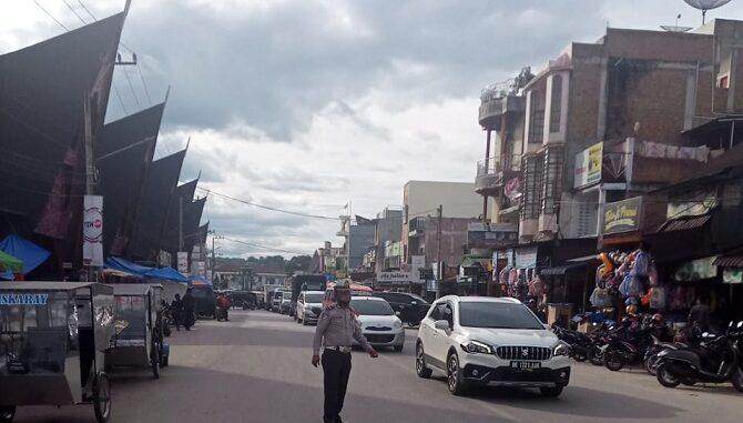 IPTU NG Sembiring mengatur arus lalu lintas di Balige