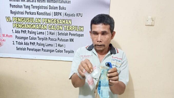 Mahrup (51) tak berkutik saat digrebek Unit Reskrim Polsek Dolok Masihul di rumahnya, di Dusun II, Desa Tanjung Harap Kec.Serba Jadi Kab. Serdang Bedagai, Rabu, (6/1/202) sekira pukul 18.00 WIB.