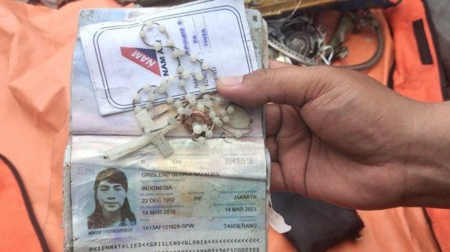 Kalung rosario, cincin dan paspor milik Grislend Gloria Natalies pramugasi NAM Air yang menjadi korban pesawat Sriwijaya Air SJ182 yang jatuh di perairan Kepulauan Seribu. (ANTARA/Fauzi Lamboka)