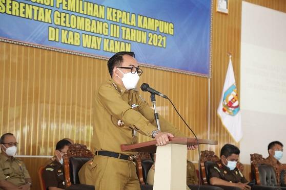 Bupati H. Raden Adipati Surya, S.H.,M.M saat membuka Sosialisasi Pemililhan Kepala Kampung di Wilayah Kabupaten Way Kanan Tahun 2021 di Gedung Serba Guna, Selasa (26/01/2021)