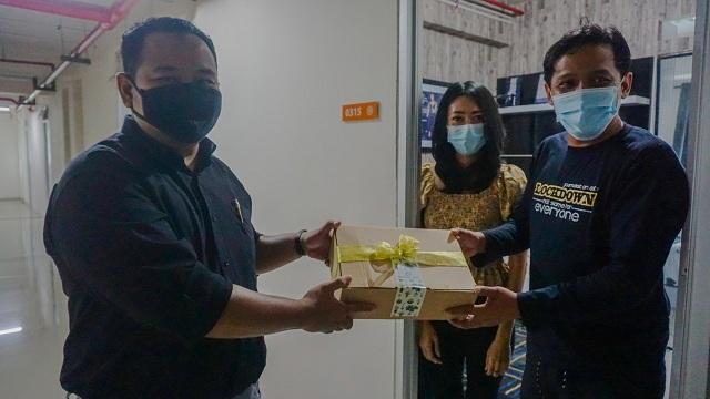Peringati Hari Sejuta Pohon Sedunia, Sarana Jaya Salurkan 450 Paket Tanaman Penyerap Racun Udara Bagi Warga Menara Samawa