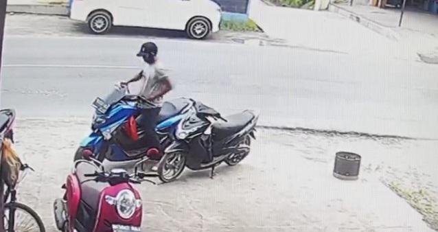 Dari rekaman CCTV terlihat sang maling berjalan dan pandangannya tertuju ke sepeda motor NMAX dengan kunci yang masih melekat.