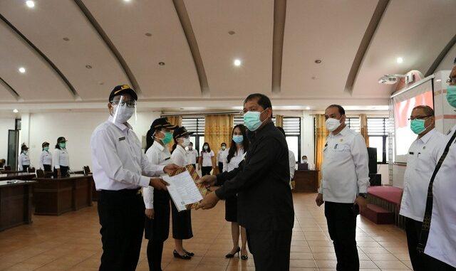 Ket foto : Acara penyerahan SK CPNS ini tetap menerapkan protokol kesehatan dengan memakai hand sanitizer, memakai masker/face Shield dan menjaga jarak. foto ,terkelinbukit.