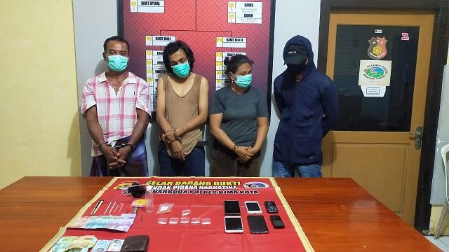 3 orang pria yaitu DH (42) warga Benteng, BC (44) warga Tanjung, MY (37) warga Lewirato dan 1 orang perempuan SWN (42)