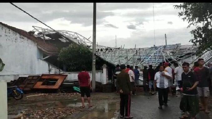 Kondisi atap rumah warga rata dengan tanah setelah dilanda angin kencang