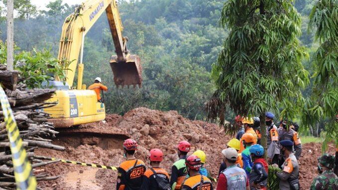 Foto : Proses pencarian korban longsor menggunakan alat berat jenis eskavator di Desa Ngetos, Kabupaten Nganjuk, Jawa Timur, Rabu (17/2). (Humas BNPB/Dume Harjuti Sinaga)