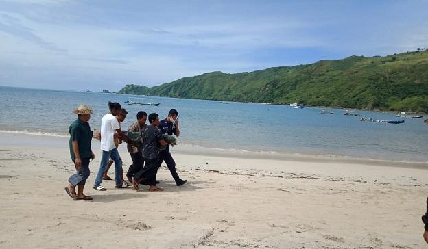 Seorang laki-laki inisial A (35) warga Desa Kuta Kecamatan Pujut Lombok Tengah ditemukan meninggal dalam keadaan mengapung di kawasan Pantai Kuta. Minggu (21/2/21) pagi.