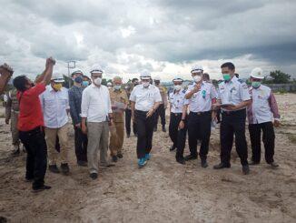 Menko Marvest Soroti Jalan Menuju Galangan Kapal di Desa Parparean II