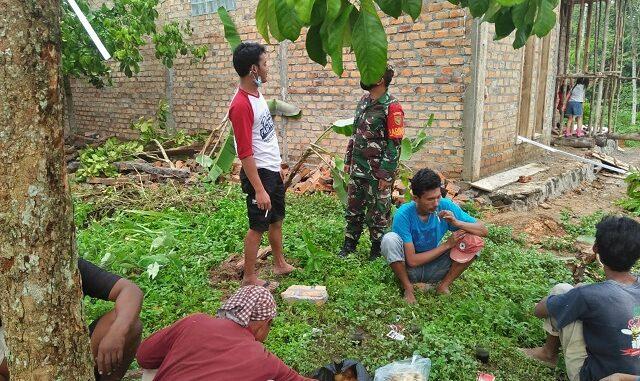 Koptu Dwi aryanto, melaksanakan giat Komunikasi Sosial (Komsos) dengan warga binaannya di Kampung setia negara, Kecamatan Baradatu , Kabupaten Way kanan.