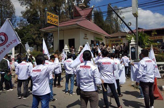 Ket foto; massa Pospera yang berdemo di depan polres Karo hingga harus menutup ruas jalan di depan kantor tersebut. foto; terkelinbukit.