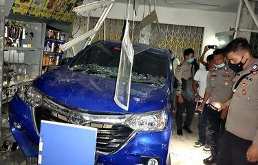 Toyota Avanza bobol minimarket di Jl Mensiku, Sintang, Kalimantan Barat saat dibawa bocah berusia 15 tahun hingga anak usia 6 tahun tewas terjepit di meja kasir (Dok. Polres Sintang)