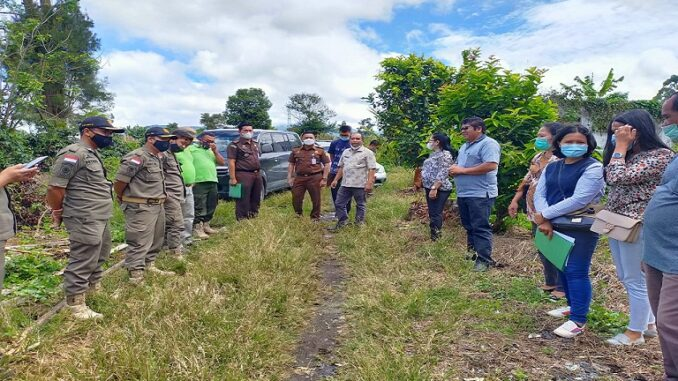 Ket foto; pihak Kejari dan panitera saat melakukan eksekusi si desa guru singa kec Berastagi. foto; terkelinbukit.