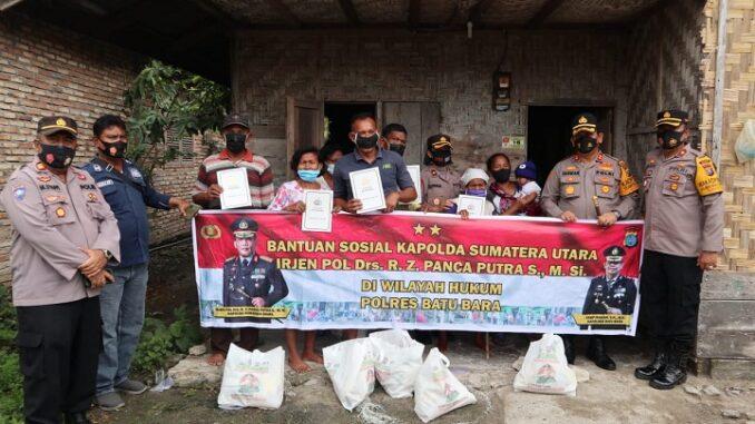 Irjen Polisi Drs. R.Z. Panca Putra Simanjuntak, M.Si bantu warga kurang mampu terdampak pandemi Covid-19 di Batu Bara, diwakili oleh Kapolres Batu Bara AKBP Ikhwan Lubis,