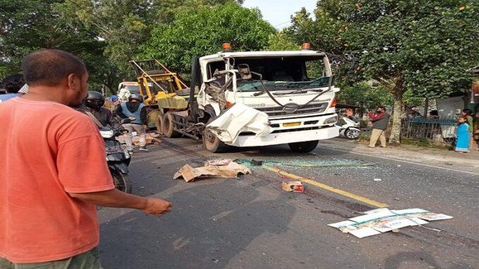 Satu orang kernet truk Fuso tewas akibat tabrakan beruntun yang terjadi di jalan raya Desa Jurang Jaler, Kecamatan Praya Tengah, Kabupaten Lombok Tengah. Senin (22/3) pukul 16.00 wita.