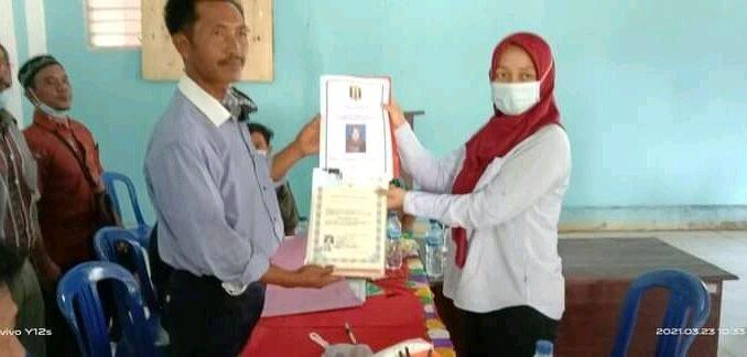 Eva sofyana Perempuan pertama di Umpu Bhakti Way Kanan menyerahkan berkas sebagai bakal calon Kepala Kampung Umpu Bhakti Selasa (23/03/2021)