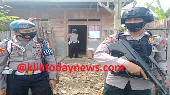 Densus 88 Anti Teror Mabes Polri dibantu Polres Bima Kota, menggeledah rumah salah satu terduga yang diamankan Densus Minggu (28/03)