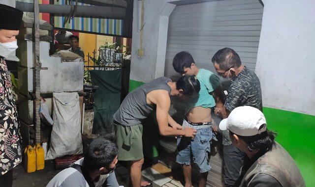 Seorang diduga pelaku memiliki, menguasai, narkotika jenis Shabu tersebut berinisial AD,28 tahun asal Kecamatan Taliwang Kabupaten Sumbawa Barat, Sabtu (27/3/21)