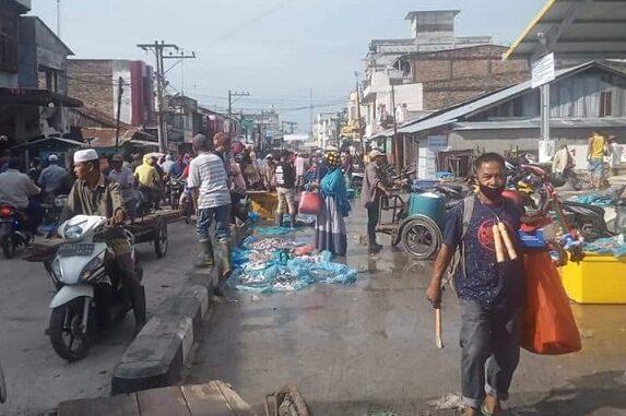 Pedagang ikan kembali marak dan tetap berjualan di badan jalan