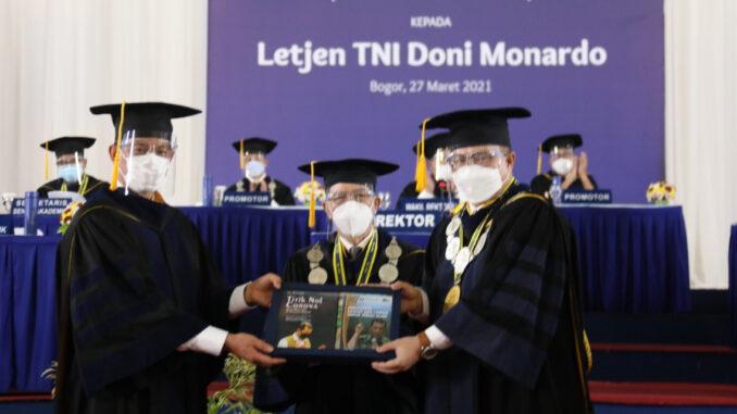 Foto : Kepala BNPB Doni Monardo (kiri) dianugerahi gelar doktor kehormatan Doktor Honoris Causa dari Institut Pertanian Bogor (IPB) di Graha Wisuda Widya IPB, Sabtu (27/3). (Komunikasi Kebencanaan BNPB/Apri Setiawan)