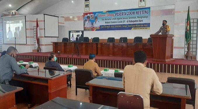 Kapolres Tanah Karo AKBP YUSTINUS SETYO, S.H., S.I.K. dalam acara doa bersama lintas agama yang di laksanakan Ruang Rapat Kantor Bupati Kab.Karo.