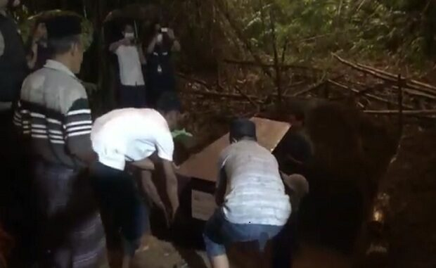 Kuburan pasutri pelaku bom bunuh diri Makassar tergenang air. (Foto : iNews/Saharudin)