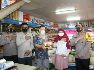 Satu karyawan toko. buah 'Harum Manis' jalan Sutomo kota Pematang Siantar mendapat penghargaan dari Kapolres Pematang Siantar AKBP Boy Sutan Binanga Siregar SIK, Senin (01/03/2021)