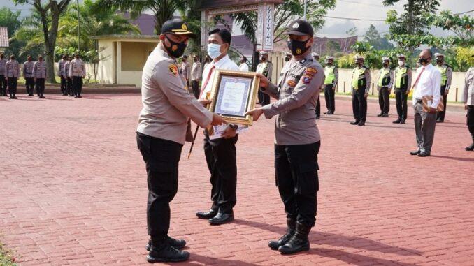 KAPOLRES Simalungun AKBP Agus Waluyo SIK beri penghargaan kepada personel berprestasi, Senin (01/03/2021).
