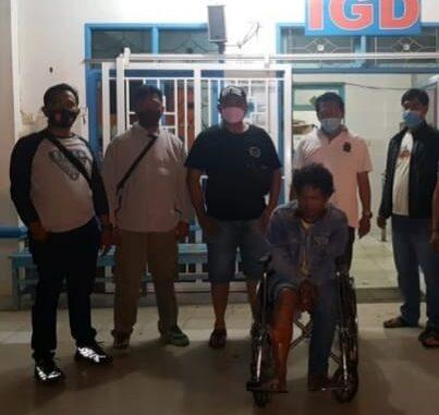 Ket foto; pihak polres Karo saat foto seusai memberikan pengobatan terhadap tersangka Curanmor di dpn rumah sakit kabanjahe. foto ,(Ist) terkelinbukit.