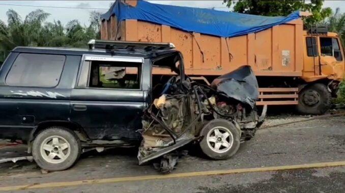 Kondisi mobil panther ringsek setelah kejadian