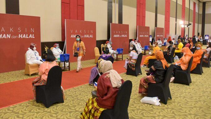 Vaksinasi massal COVID-19 bagi para guru di Makassar, Sulsel, Kamis (18/03/2021). (Foto: Humas Setkab/Agung)