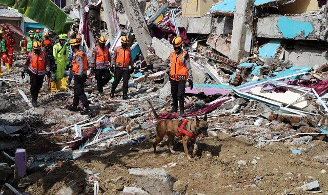 Foto : Giat pencarian korban terdampak pascagempa M6,2 di Provinsi Sulawesi Barat. (Istimewa)