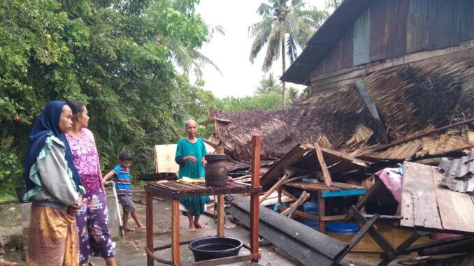 Foto : Rumah warga yang rusak akibat angin kencang yang terjadi bersamaan dengan hujan deras pada Rabu dini hari (31/3) pukul 02.00 WIB di Kabupaten Tapanuli Tengah, Provinsi Sumatera Utara. (BPBD Kabupaten Tapanuli Tengah)
