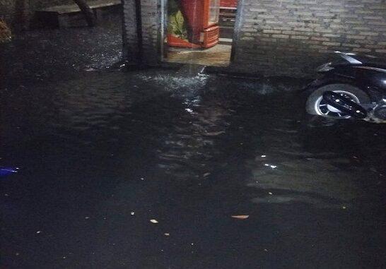 Hanya hitungan menit air menyerbu kediamannya hingga masuk kedalam rumah warga