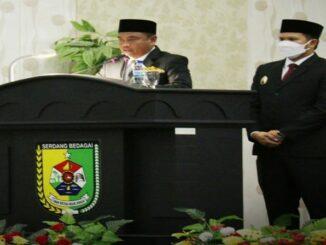 Bupati Serdang Bedagai Haji Darma Wijaya saat Serah Terima memory Jabatan dengan Plh Bupati Sergai Faisal Hasrimy di gedung DPRD Sergai, Senin (1/3/2021).