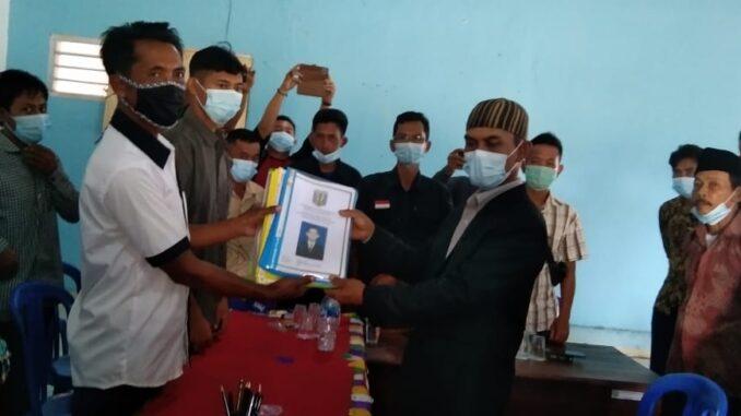 Triyono pendaftar nomor 4 bakal kepala calon yang menyerahkan dokumen berkas persyaratan kepada panitia pemilihan kepala kampung, Sabtu (27/3)