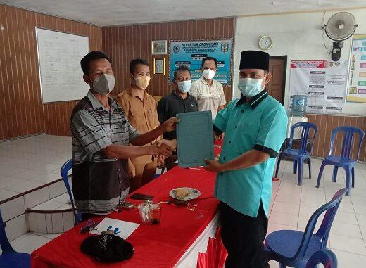 Agus Basri resmi mendaftarkan diri Ke panitia pemilihan kepala kampung (Pilkakam) setempat hari ini di kantor Panitia, Selasa (23/03).