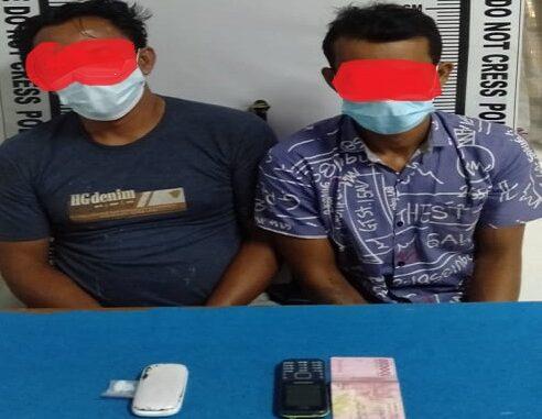 Kedua tersangka bersama barang bukti dibawa ke kantor Sat Narkoba Polres Pematangsiantar. (RED/KTN)