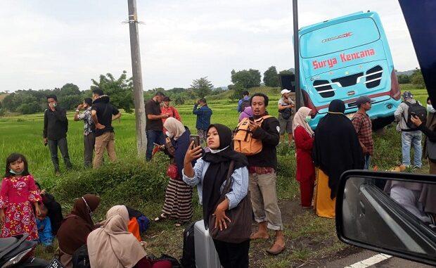 Bus Surya Kencana EA 7280 SB yang dikemudikan Syafruddin Boli juga terjun ke sawah. Bus tersebut mengangkut puluhan penumpang.