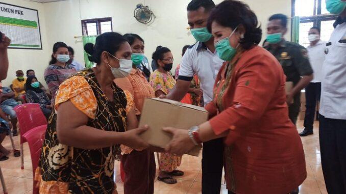 Wakil Bupati Karo Cory S , menyerahkan bantuan kepada korban bencana banjir di Desa Lau Baleng dan Desa Tanjung Gunung, Kamis (21/04)