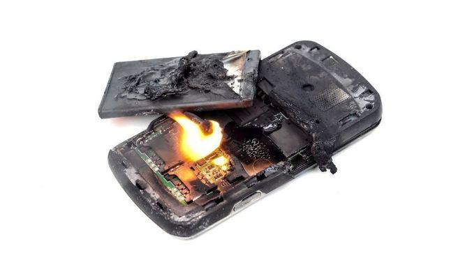 Ilustrasi ponsel terbakar. [Shutterstock]