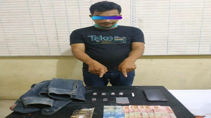 JT (30) Terduga tersangka pemilik narkoba jenis shabu dan sejumlah barang bukti yang berhasil diamankan Petugas.foto(ist) terkelinbukit