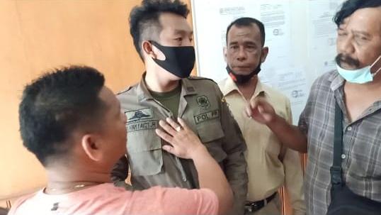 Wartawan yang hendak masuk ke ruang paripurna DPRD Batu Bara dihalangi IF. Kamis (22/4/2021) siang.