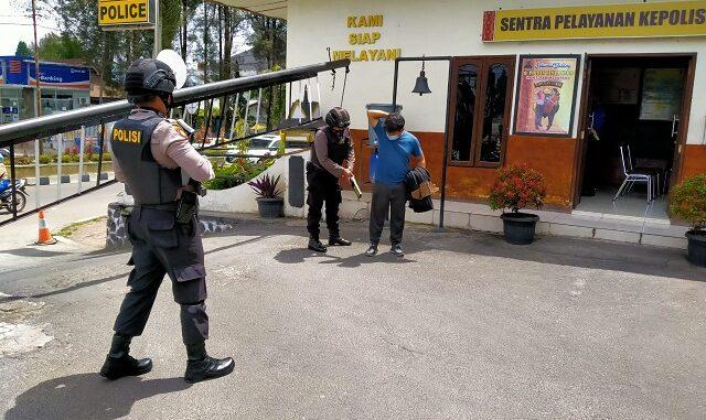 Ket Poto; pihak kepolisian tetap menjaga portal dan memeriksa setiap orang yang berkunjung yang memerlukan suatu keperluan di kantor polres Karo, foto; terkelinbukit.
