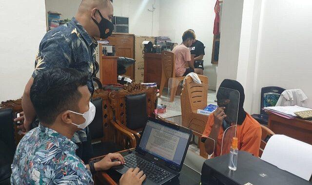 Petugas Polresta Mataram memeriksa oknum PNS Lombok Barat berinsial MS, terduga pengedar narkoba, Kamis (8/4/2021). (dok polres mataram)