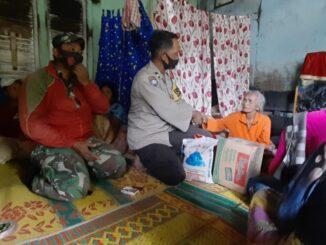 Ket foto: Pihak Polsek Tigapanah saat mengunjungi dan memberikan bantuan Sembako kepada keluarga Korban kebakaran di Desa Sugihen Kecamatan Dolatrayat Kabupaten Karo, Jum'at foto ; ( Ist) terkelin bukit