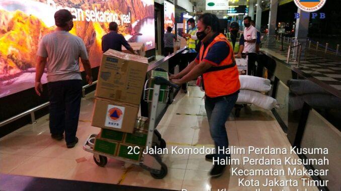 Foto : Petugas logistik dan peralatan BNPB membantu proses pengiriman bantuan bagi warga terdampak bencana banjir bandang di Kabupaten Flores Timur melalui Bandara Internasional Halim Perdana Kusuma, Jakarta, Minggu (4/4) malam. (Kedeputian Bidang Logistik dan Peralatan BNPB)