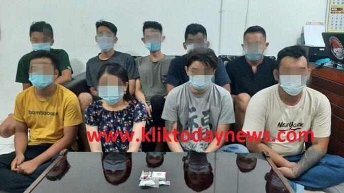Sembilan orang yang berhasil diamankan saat penggerebekan Sat Narkoba Polres Pematangsiantar,Minggu (11/4/2021),