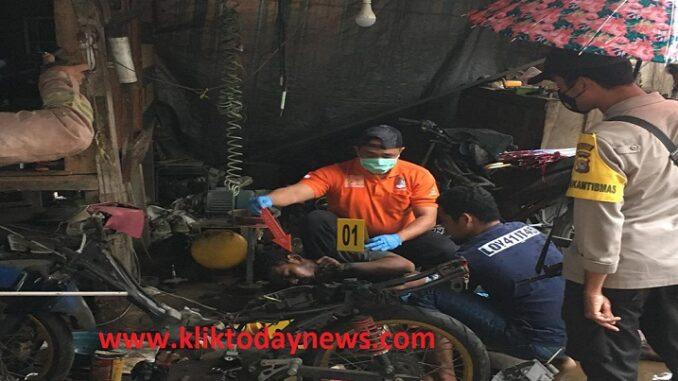 Rizko Ifan Prasetya (27) warga Sarata ditemukan dalam keadaan sudah meninggal dunia, Minggu (4/4) sekitar pukul 07.00 Wita.